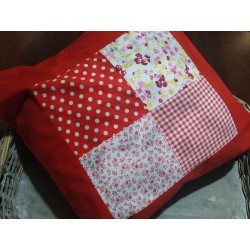 Polštář červený patchwork